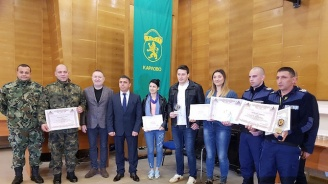 Наградиха младежите, спасили 3 момичета при водопада над Карлово