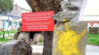 Неизвестни оскверниха артефакти в центъра на Бургас