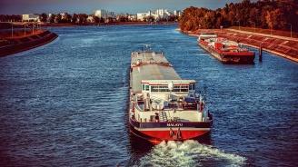 Круизен кораб се сблъска с товарен съд в Холандия