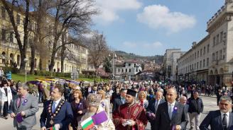 Цветан Цветанов се включи в празничното шествие с жителите на Велико Търново