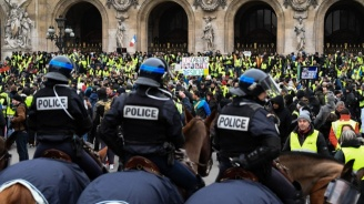 Военните няма да участват в опазването на обществения ред, увери френският президент