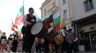 """Хиляди се събраха на """"Хайдушка софра"""" в Хасково"""