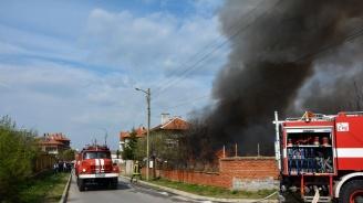 Пожар от запалени боклуци на двор изпепели къща в Харманли