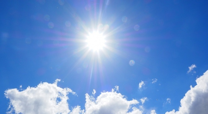 Времето ще е предимно слънчево, със слаб вятър от запад-югозапад.