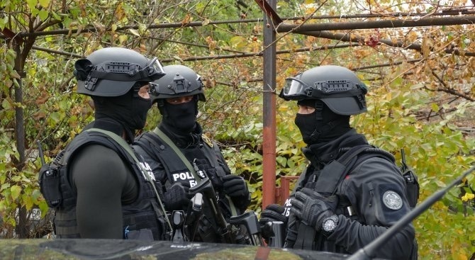 Прокуратура и специализирани полицаи нахлуха в полицията в Благоевград. Спецчастите
