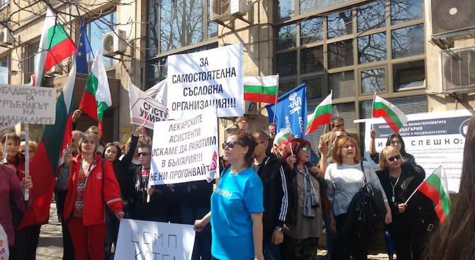 Десетки фелдшерите излязоха на протест пред сградата на Министерство на