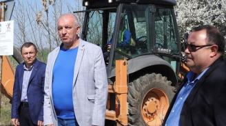 Депутатът от ГЕРБ Владимир Тошев направи първа копка на ремонт на два пътни участъка