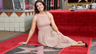 Певицата и актриса Манди Мур получи звезда на Алеята на славата в Холивуд