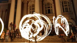 """Отбелязаха """"Часът на Земята"""" с огнено шоу пред Народния театър в София"""