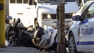 Мотоциклет и лек автомобил катастрофираха близо до Сточна гара