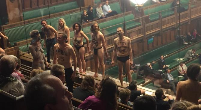 Голи протестиращи смутиха дебатите в британския парламент за Брекзит