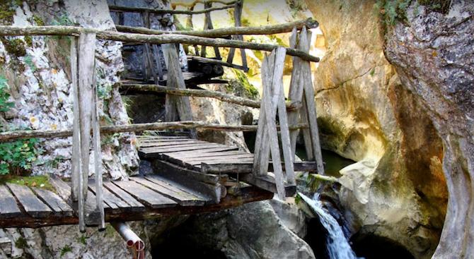 8-метров помощен мост е изграден над река Ябланица от туристи