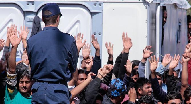 Снимка: Имигранти и полицаи се биха край Солун