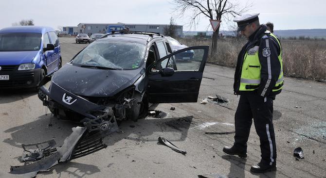 Мъж загина, а друг е с опасност за живота след катастрофа в Бургаско
