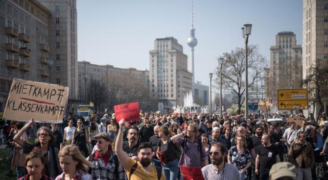 Десетки хиляди души излязоха вчера в Берлин на протест срещу
