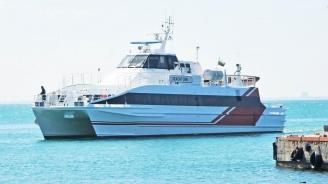 Пасажерски катамаран акостира в пристанището на Несебър