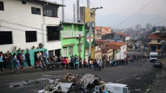 Хиляди венецуелци са пробили заграждения и са пресекли  границата с Колумбия