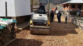 Кмет подкара валяк, за да спаси улиците на селото си