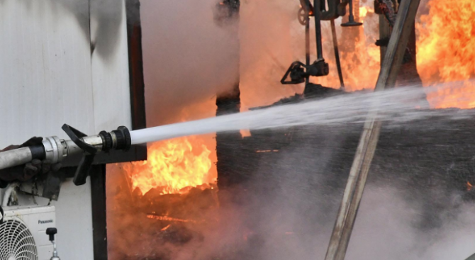Полицията разследва умишлен пожар в къща в Русе