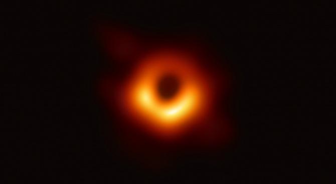 Снимка: Учени, финансирани от ЕС, представят първата в историята снимка на черна дупка