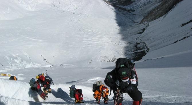 Специаленекип от Непал ще почиства Еверест