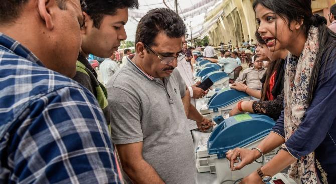 Четирима души загинаха при сблъсъци в първия ден от изборите в Индия