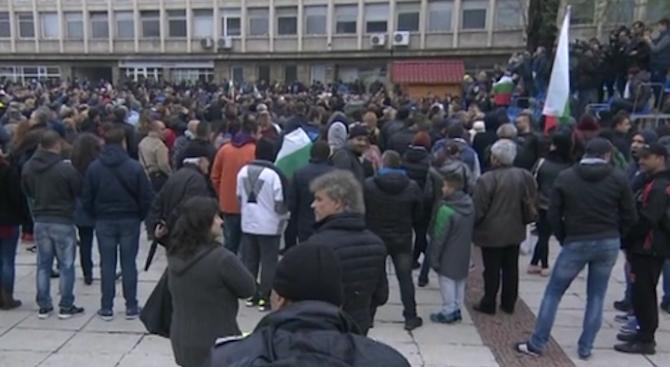 Стотици хора се събраха на протест в центъра на Габрово.