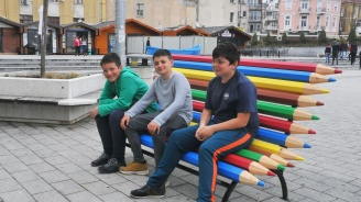 Пейки от цветни моливи зарадваха бургаските деца