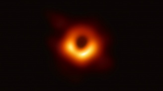 Учени, финансирани от ЕС, представят първата в историята снимка на черна дупка