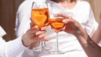 Хората, на които им се налага да са любезни с клиенти, посягат по-често към чашката