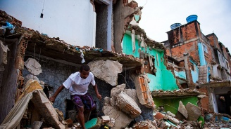 Двама души загинаха при срутване на сгради след наводнения в Рио де Жанейро