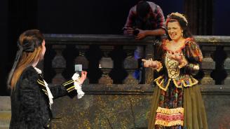 Оперен певец от Бургас предложи брак на колежка на сцената на операта в града