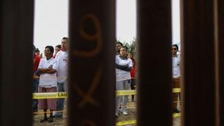 Мигранти разбиха портал на границата между Гватемала и Мексико