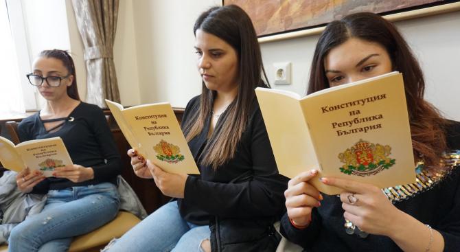 По инициатива на Караянчева на 16 април 2019 г. във всички български училища ще се проведе Урок по Конституция