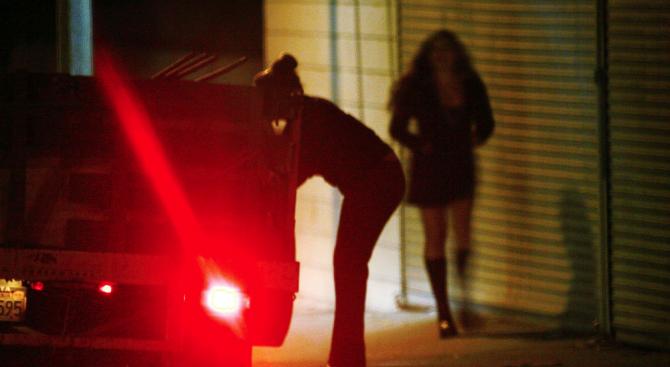 Арестуваха двама за склоняване на млади момичета към проституция