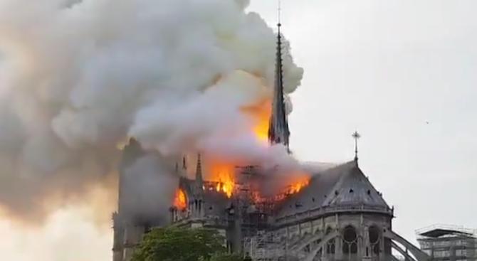 """Свиреп пожар погълна катедралата """"Нотр Дам"""", части от вековната сграда рухнаха"""