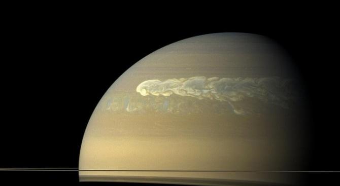 Сатурновата луна Титан предлага изобилни гледки към дълбоки езера, пълни с метан
