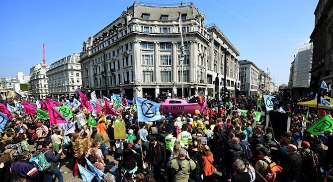 Полицията в Лондон съобщи, че стотици са били арестувани по