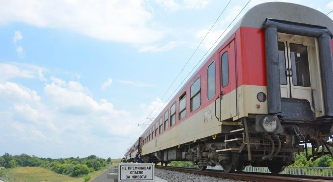 Влак помете човек край гара Лакатник