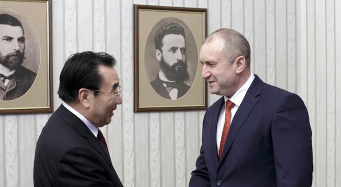 Румен Радев разговаря със зам.-председателя на Националния комитет на Политическия и консултативен съвет на китайския народ