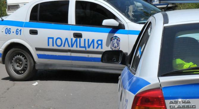 """Полицейска кола и лек автомобил """"Ауди"""" се удариха в центъра"""