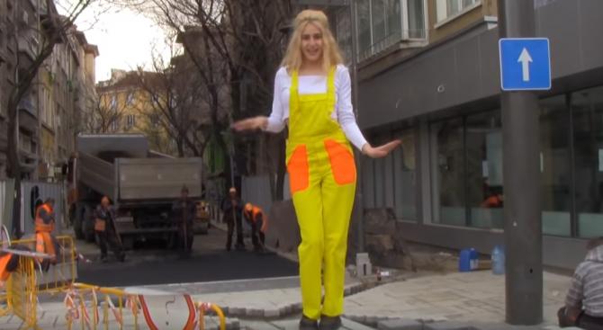 """Ремонтът на """"Графа"""" възпят в песен.Българската певица и актриса Мила"""