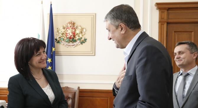 Председателят на Народното събрание Цвета Караянчева разговаря с министърана пътищатаиградоустройството