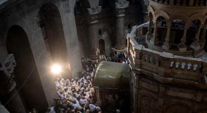 Католици празнуват Великден в църквата наБожи гроб в Ерусалим