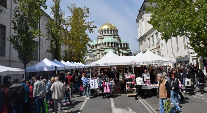 Десетки малки производители на фермерски пазар в центъра на София