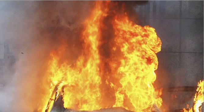 Снимка: Кола пламна в движение на магистрала