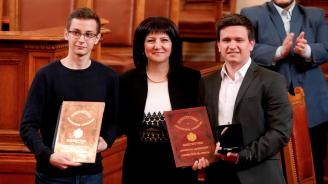 Караянчева награди в пленарната зала на НС победителите в Националното състезание по водене на парламентарен дебат за ученици и студенти