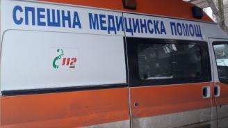 Кола се заби в спирка във Варна, младеж е с опасност за живота