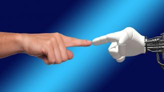 Американец крои планове за брак с любимия си робот