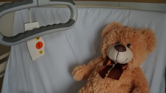 Майката, изоставила болното си момиченце: В трудно положение сме